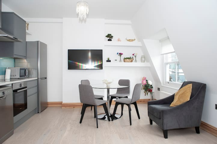 50% Off - BRAND NEW fabulous 2bed apt - Hyde Park