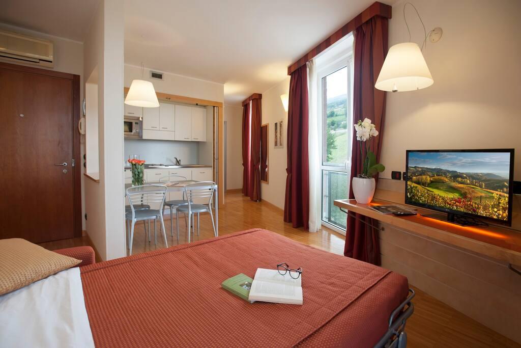 soggiorno e cucina e divano letto / living area and fully equipped kitchen and sofa bed