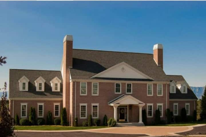 Colonial Mansion on 2 acres, Sleeps 24