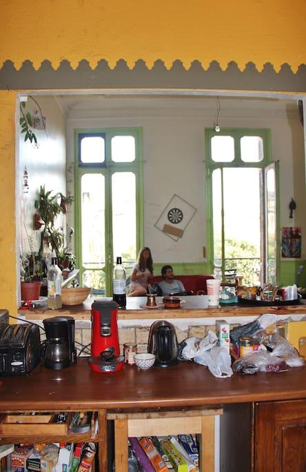 le salon vu de la cuisine (avant d'être repeint)