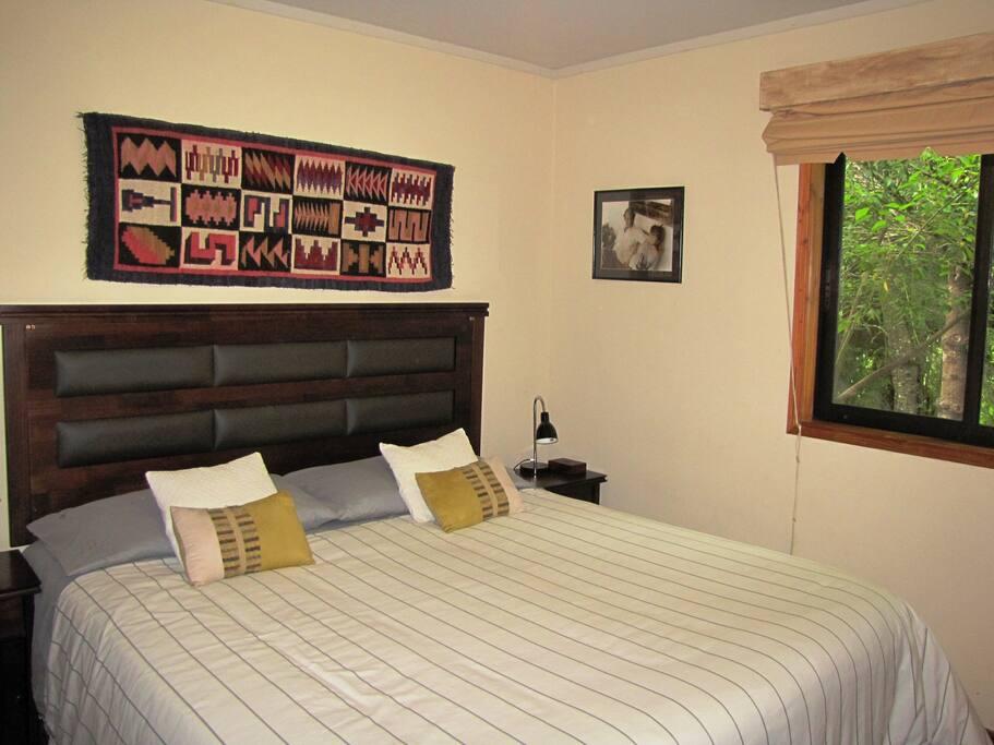 Nuestra habitación principal cuenta con una cama King.