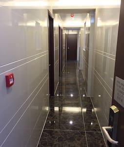 Room2) Two single bed & private washroom - Lägenhet