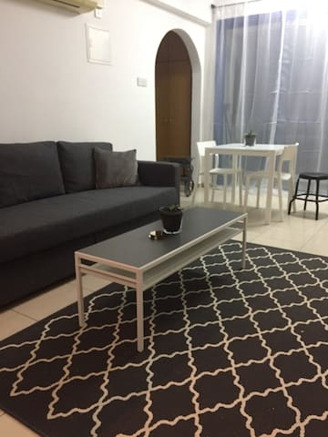 Recently renovated apartment, minutes from beach!!