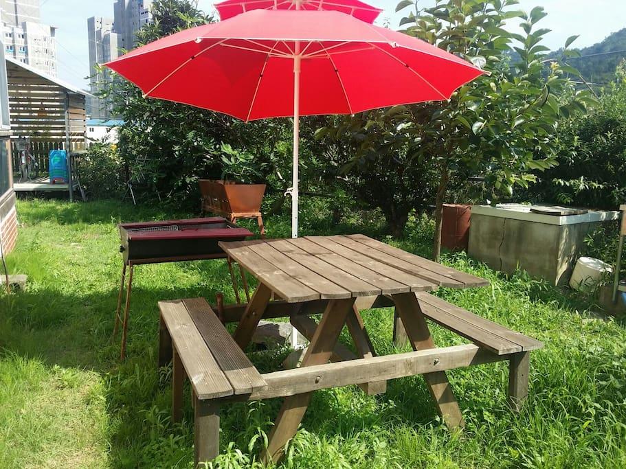 게스트 전용의 뒷마당에 테이블과 바베규그릴이 준비되어 있어요.