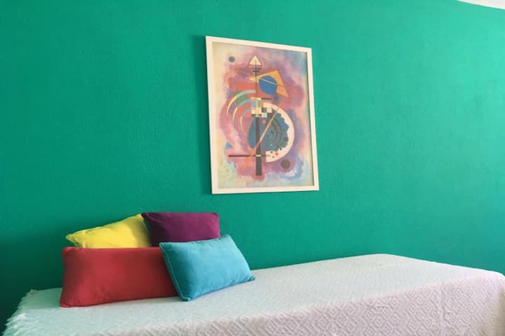 Colourful flat in the very city centre! (4 people)