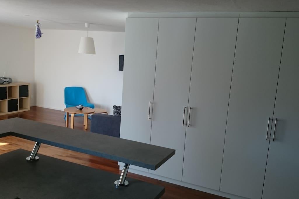 Wohnzimmer mit vielen Einbauschränken