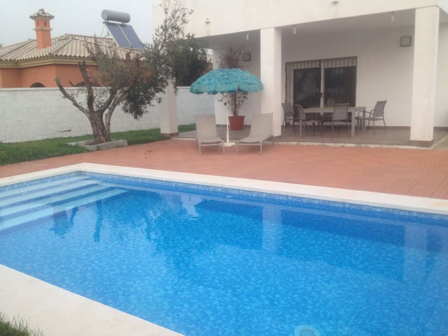 Chalet con piscina en pto santa m chalets for rent in for Piscina el puerto de santa maria
