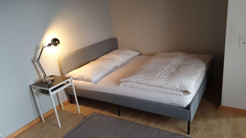 Zusätzlich vorhanden: Schlafzimmer -Duvets -Kissen -Bodenmatratze -TV