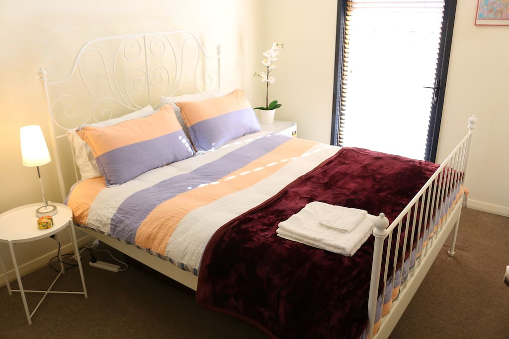 Cosy private room with queen bed