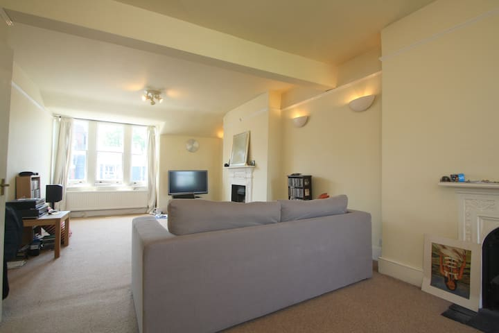 Short term room in two bed flat in leafy Highgate