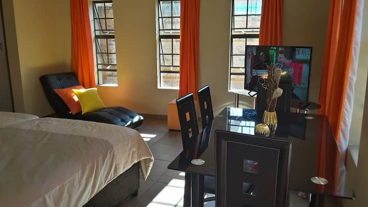 Spacious Hatfield Loft WIFI + DSTV 1-4P