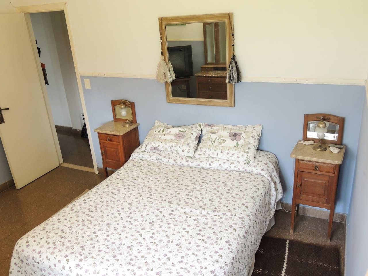 Habitacion privada cama matrimonial sommier, placard, y dresuar