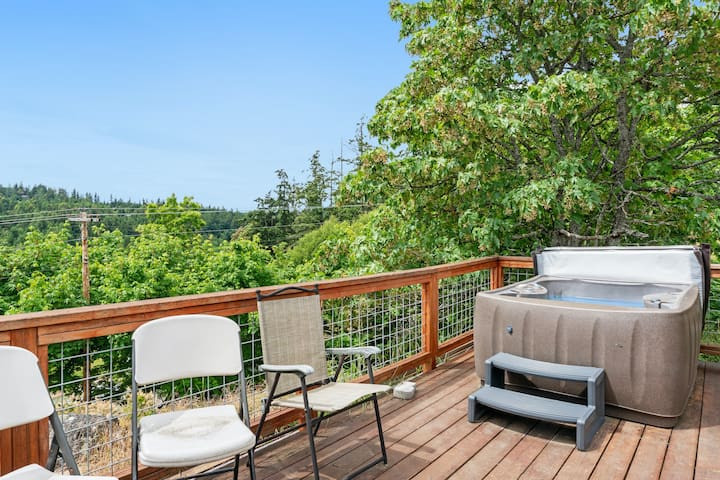 NEW LISTING! Sunset studio with stunning views & hot tub - dog-friendly!