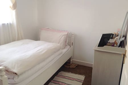 Room In lovely home in Sandycove - House