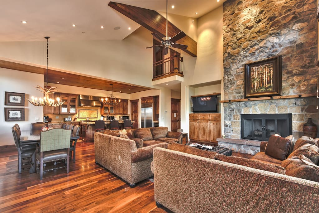 Main Level Great Room with Flat Screen TV, DVD, Fireplace, Dining Area and Kitchen