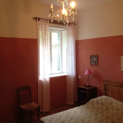 Moulin: 1° étage chambre lit 140/190