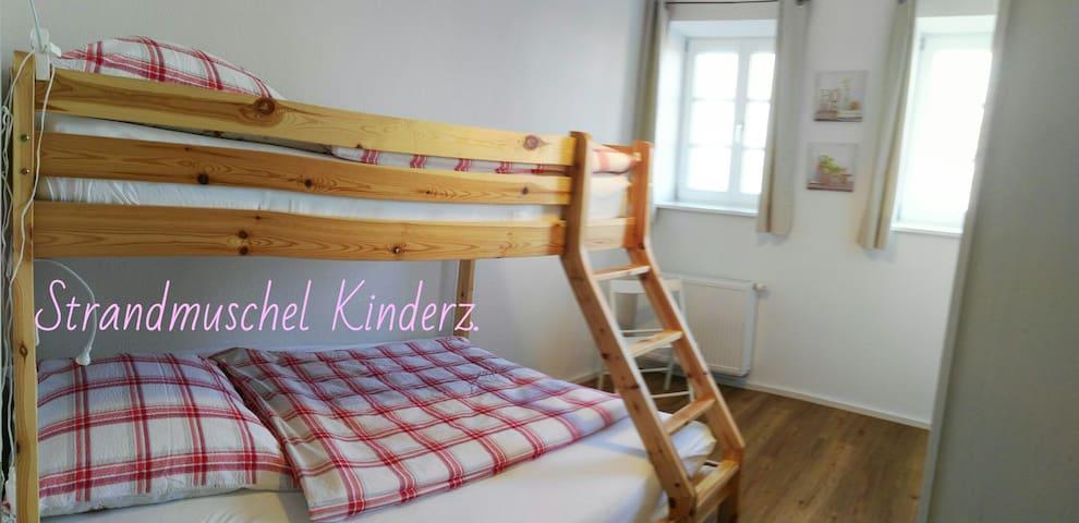 Platz für drei Kinder im Etagenbett