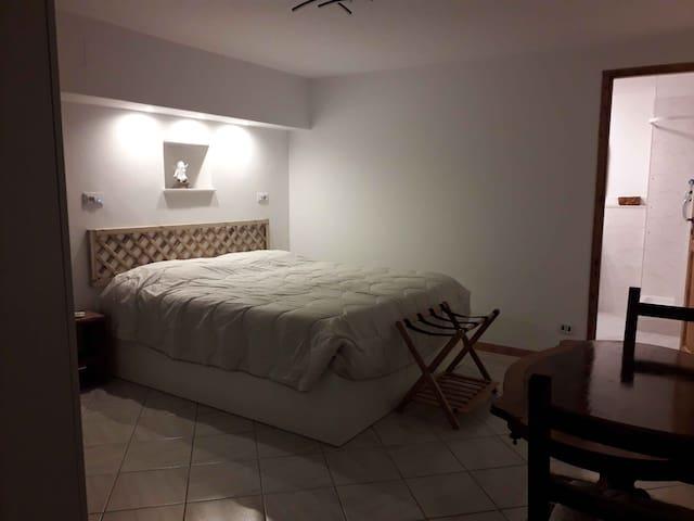 """""""La stanza dei viaggiatori"""", una spaziosa camera da letto, curata nei dettagli, con richiami alla tradizione e alla modernità. Apprezzerete gli oggetti che provengono da città e nazioni diverse."""