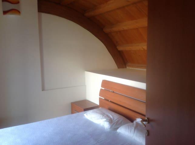 1st bedroom with balcony Prima camera da letto con balcone