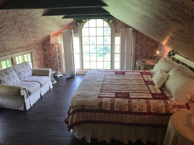 An Amazing Suite (Rose) in an Authentic Chadds Ford / Brandywine Valley / Longwood Gardens B&B