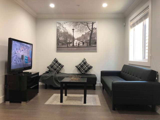 Cozy and Spacious 2 Bedroom - 15 Min from Downtown