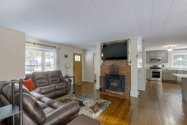 Dog-friendly home w/ fireplace & furnished deck - near resort