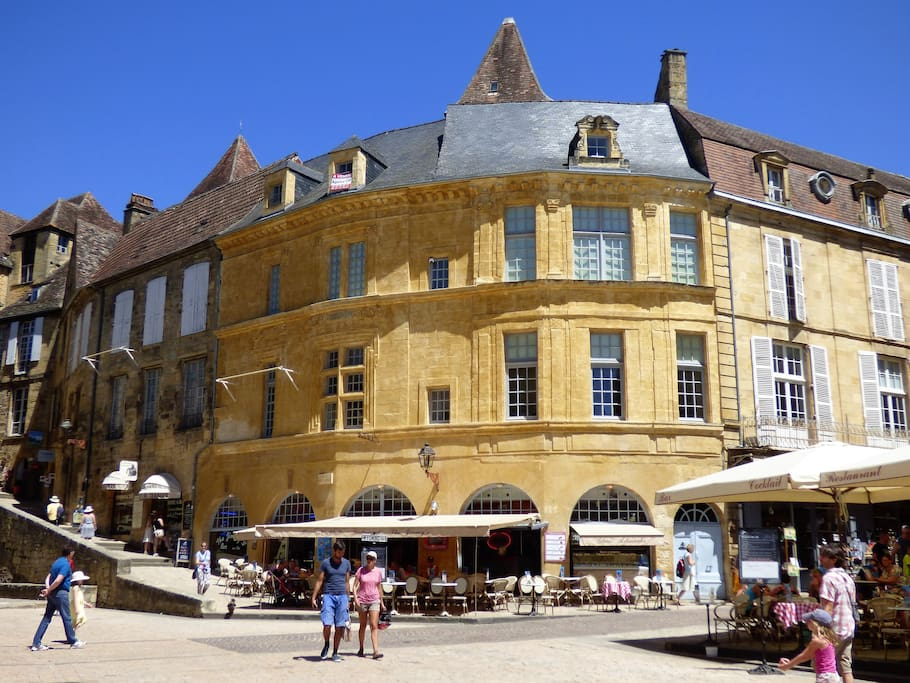 La Liberté Studio is situated on the 1st floor of one of Sarlat's most iconic buildings, directly on Place de la Liberté
