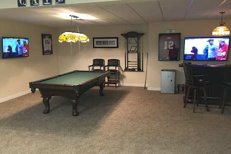 Fun 2br Basement W/Pool Table & Bar - Bloomington - House