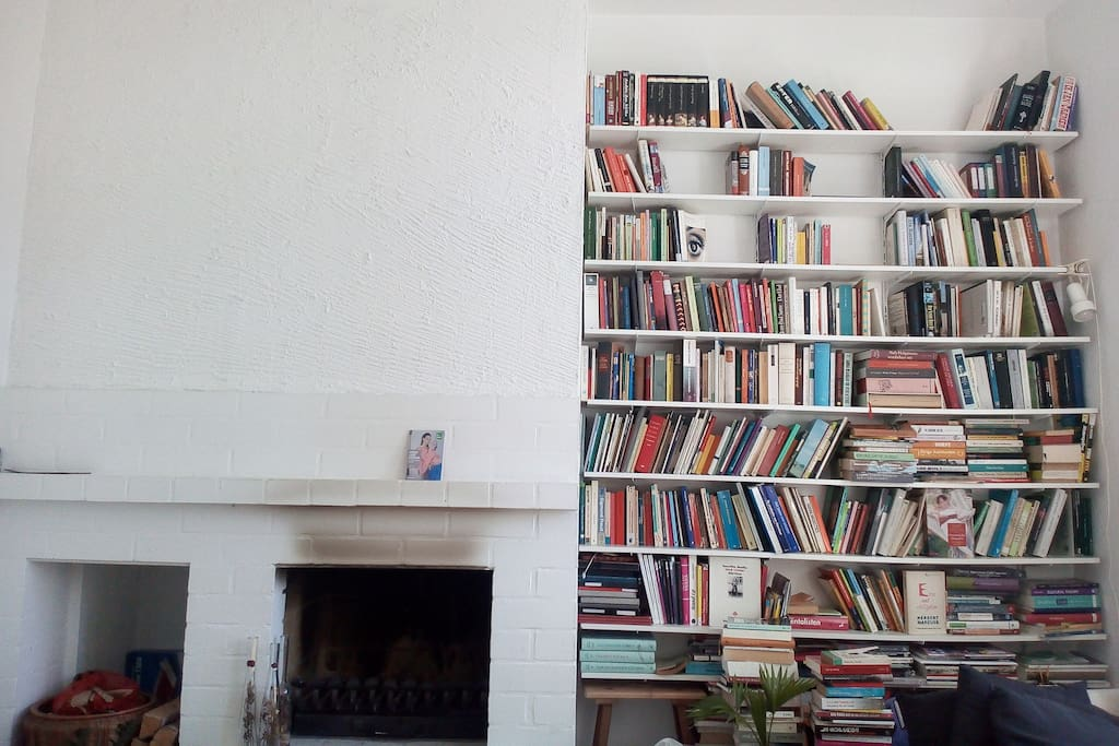 The bookshelf with novels in German and English.