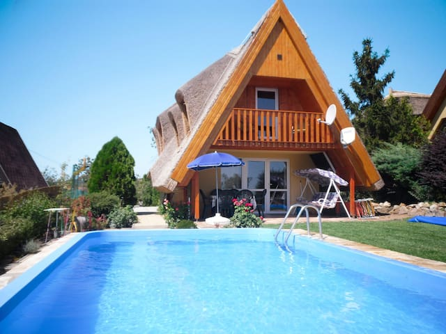 Beautiful cottage with pool and with stunning views of the lake