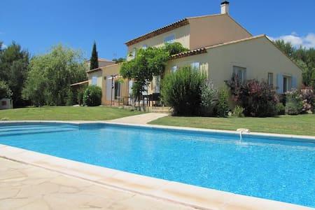 Charmante villa avec piscine au calme - カステルノールレ