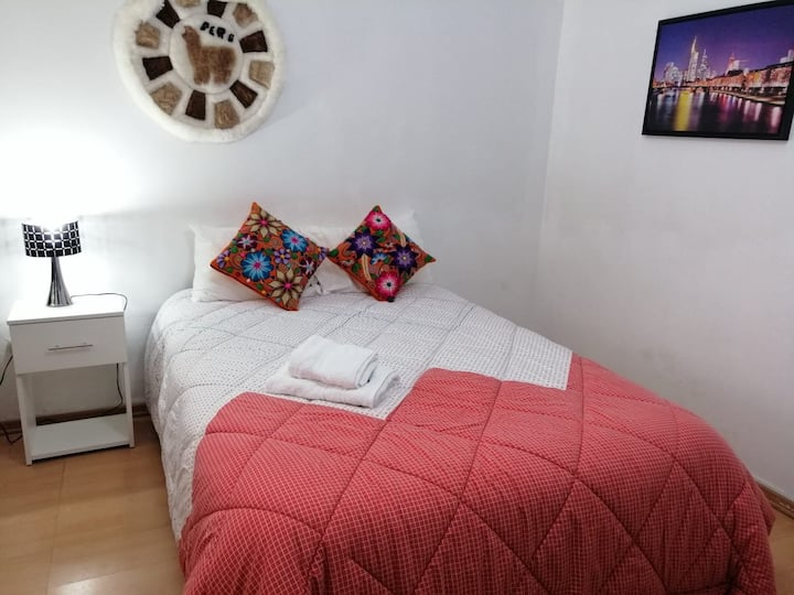 Comfy dBed w/TV. Nice area in Miraflores