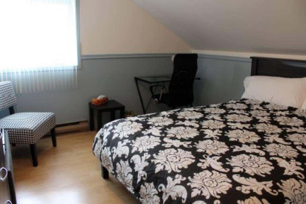 chambre # 2 avec un lit queen, télé avec câble, Wi-Fi, peignoirs, table de travail, chaises,...