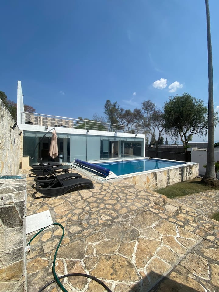 House with pool and bbq, ready to enjoy