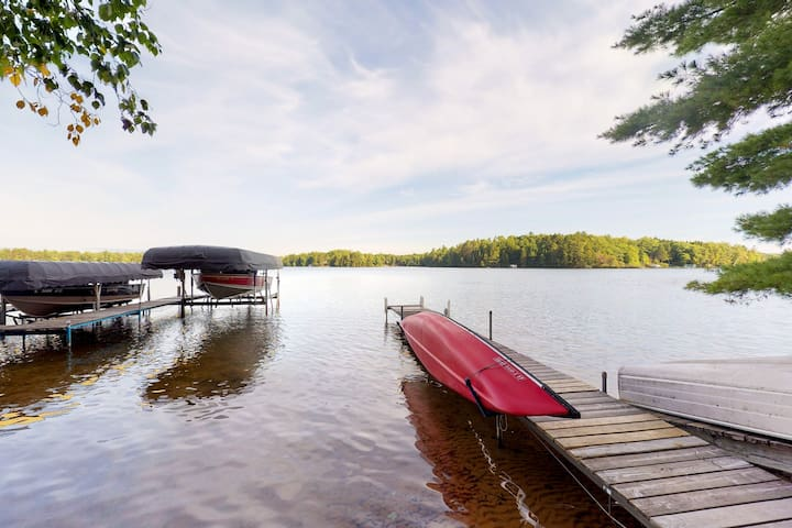 Lakefront bunkhouse w/ fireplace, porch, and shared dock - Dogs ok!