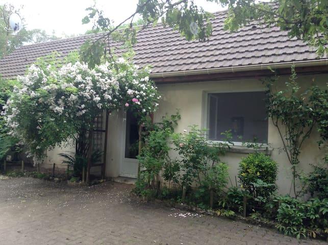 Ravissante petite maison dans jardin de propriété - Saint-Rémy-l'Honoré - Hus