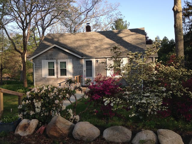 Cozy Cottage perfect for quiet getaway, near URI