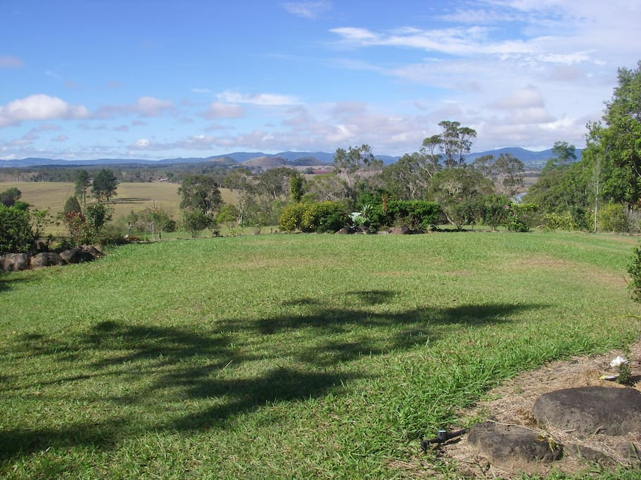 Front lawn with views to Lake Tinaroo