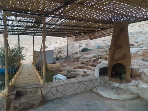 Logement bien équipé, décoration traditionnelle dans une grande ferme , grande piscine , nombreux animaux, endroit tres calme et isolé, vue panoramique sur le désert