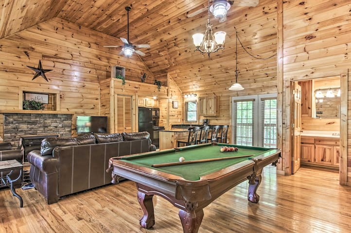 'Creekside Cottage' w/Hot Tub, 1Mi to Pigeon Forge
