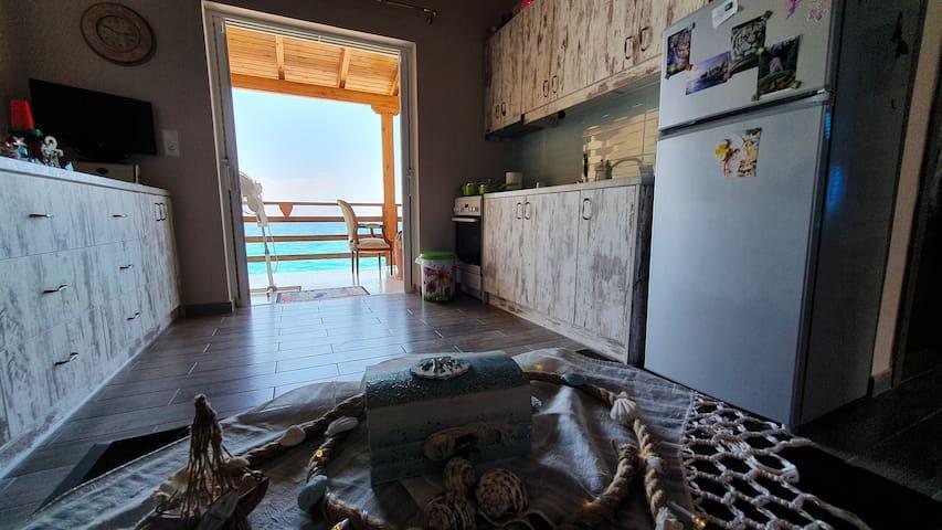 Σπίτι επάνω στη θάλασσα με ιδιωτικό χώρο.