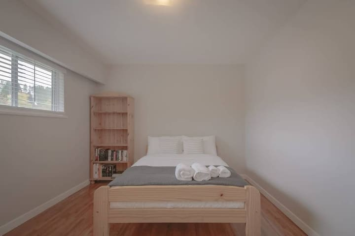 Cozy Modern House near skytrain - queen size bed