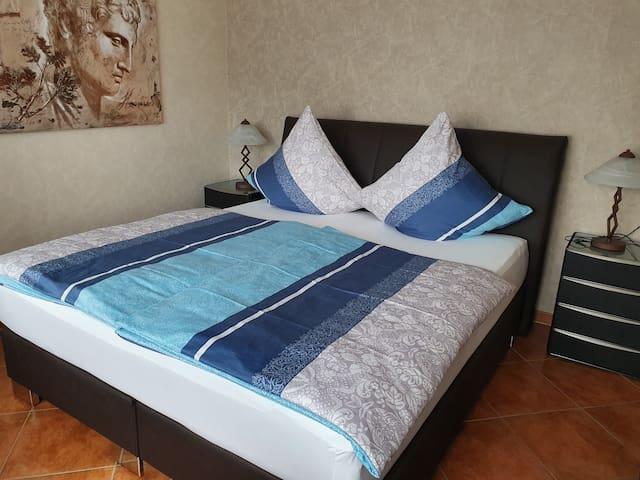 Schlafzimmer mit 1x Doppelbett und 1 Einzelbett.