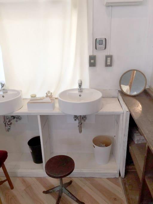 お部屋の洗面台はお湯も出ます