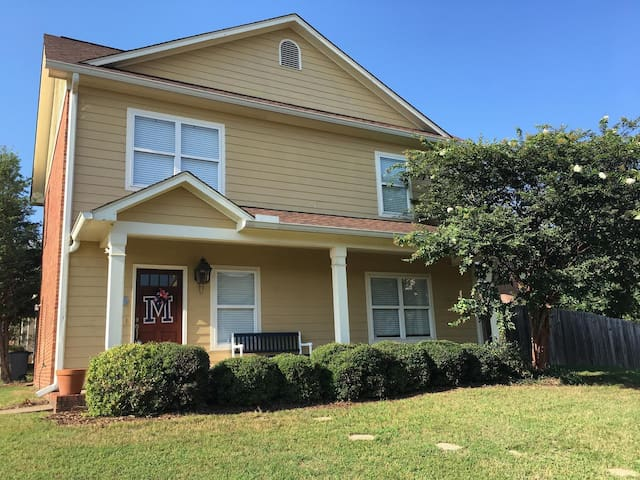 Oxford 4 Bedroom/4.5 Bath Home. <2 mi from Campus!