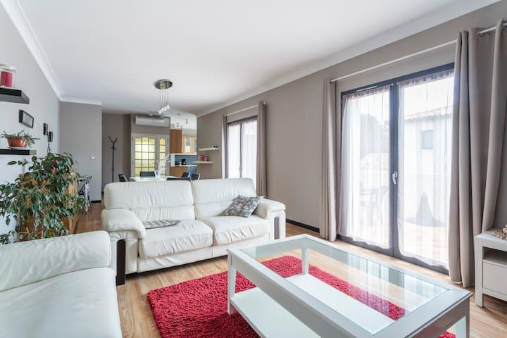 """Bien-être et confort Découvrez """"Le Bel Appartement"""" totalement indépendant de 120m2 situé à l'étage d'une villa, climatisé, au calme, avec accès à pieds au centre ville et aux commerces, ainsi qu'à proximité immédiate des plages de l'étang de Thau."""