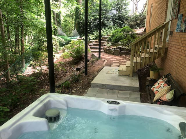 Hot Tub Retreat In Town - Clean Spacious Relaxing