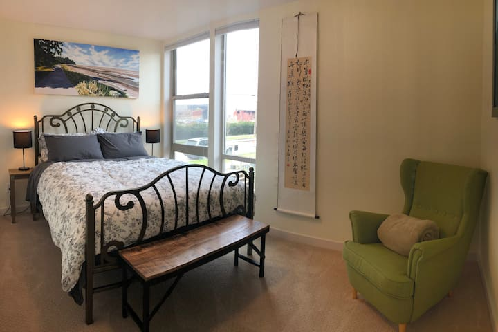 Cheerful room in foodie town, near city/airport
