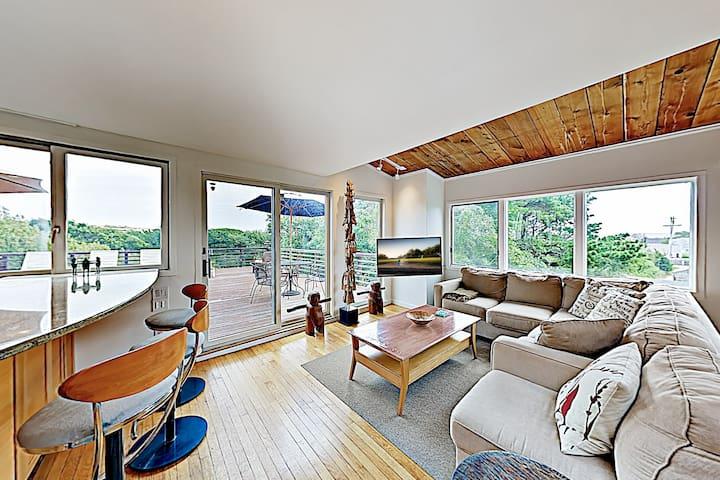 New Listing! Beautiful Hilltop Bay-View with 2 Decks, Near Beach