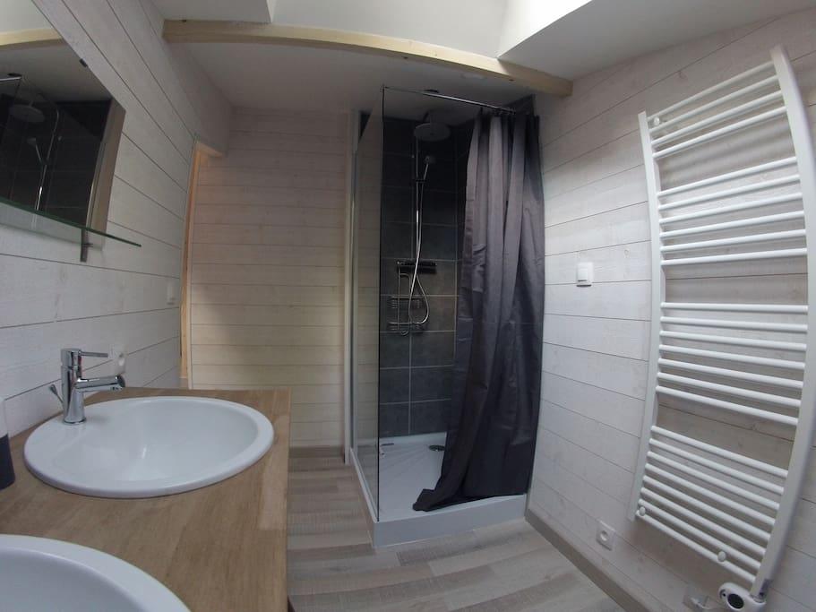 salle de bain avec double vasque douche avec lumino thérapie